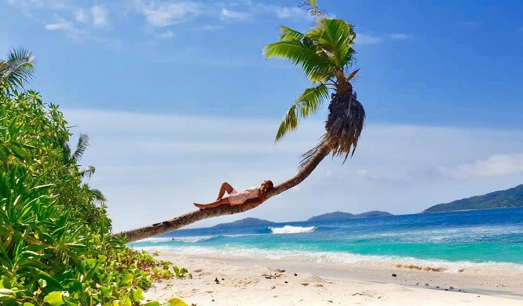 Už zkouší Čarodějku, ale užila si dovolenou snů: Zpěvačka vyrazila s fešným přítelem na Seychely. Takhle jí to seklo v bikinách