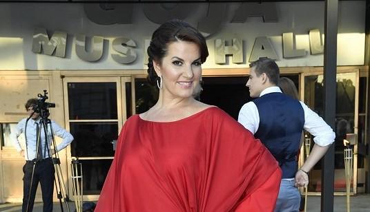 Látka by vystačila i na oponu Čarodějky: Operní diva se rozhodla schovat kila navíc v těchto rudých šatech