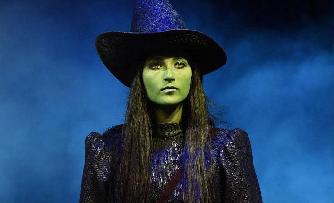 """Brčálovou """"tělku"""" vyzkoušela až jako poslední: Takhle zpěvačce, která bude hrát třetí zelenou čarodějku, sluší"""