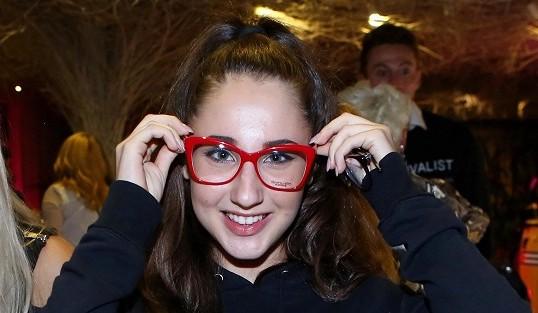 Natálka Grossová bez brýlí nevidí diváky v zadních řadách: Zelenou kolegyni v Čarodějce ještě pozná