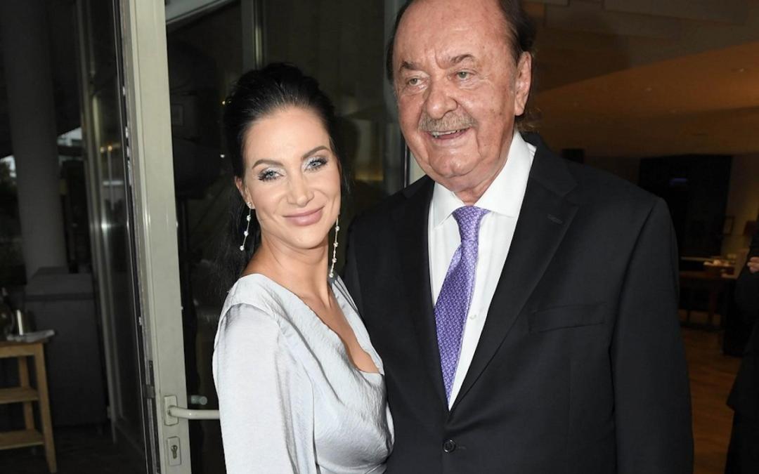 Andrea Pomeje zářila na oslavě narozenin Františka Janečka v nádherných šatech bez podprsenky